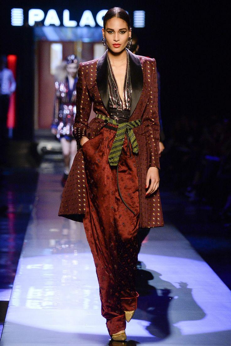 Jean-Paul Gaultier : Dans son QG transformé en décor de palace, Jean-paul Gaultier a présenté une collection Haute Couture racontant les one women army des années 80, et les femmes fatales du soir.