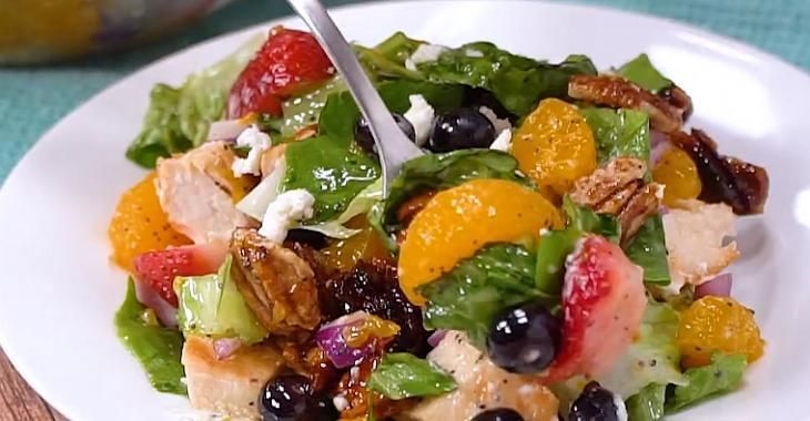 Salade exquise au poulet, aux fraises et aux pacanes confites