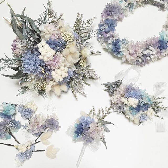 フルセットでオーダーくださったSさま♡♡♡ タグ付けOKしてくださったんですが、ウェディング前なので後ほどタグさせてもらいます(*˙︶˙*)ノ゙ とっても素敵なフルセット…(*๓´╰╯`๓)♡ 作ってて私もテンション上がりました~♡ 花冠とパーツはセミオーダーです( *Ü* )۶✩⋆*. ゚ #ウェディング#wedding#ウェディングヘア#ブライダル #bridal #ブライダルヘア #結婚式#結婚式ヘア#結婚式セット#結婚式準備#ヘアアレンジ #ヘアセット #プリザーブドフラワー #ヘッドドレス #プレ花嫁 #ウェディングニュース #ブーケ #ブートニア #花冠 #リストレット