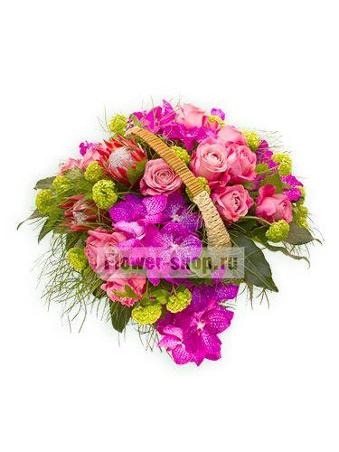 Богатая композиция станет, пожалуй, самым необычным подарком для близкого человека. Насыщенные орхидеи, пышные розы, экзотическая протея, утопающие в сочном вибурнуме, – незабываемое сочетание цветов и оттенков!