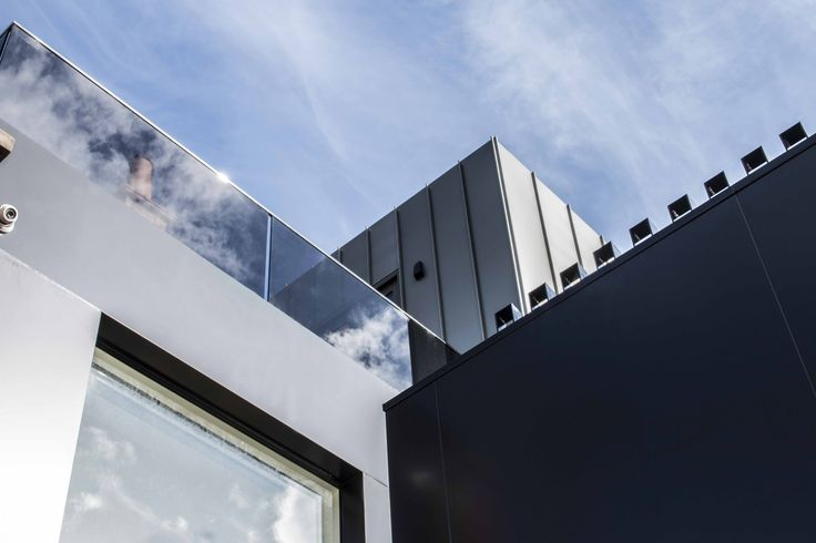 Domain Road House features our Standing Seam cladding wall panel profile in Gunmetal Grey. Installation by Elite Metal Cladding. #metalcladding #metalcladdingsystems #cladding #metal #houses #Melbourne #design #inspo #home #façade #aluminium #décor #Australian #architecture #architectural