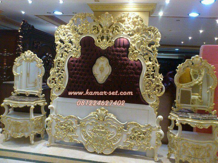 Tempat Tidur Mewah White Gold Ukiran Jepara Untuk ranjang pengantin di kamar tidur utama rumah mewah dengan hiasan ukir istemewa dari mebel jepara model ukiran klasik berbahan kayu terbaik kualitas bagus.