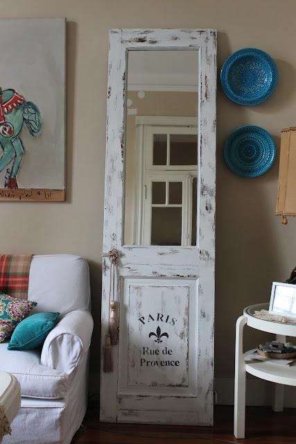 Que lindo espelho em uma porta antiga