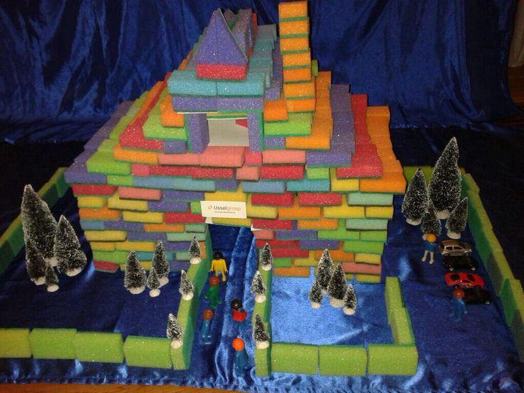 Bouwen met schuursponsjes. Met dit materiaal maken kinderen prachtige bouwwerken. Je kunt de sponsjes kopen bij Zeeman daar zijn ze het goedkoopst en heb je mooie kleurtjes Voor zo' n bouwwerk heb je ongeveer 500 stuks nodig. ( plm €25,-) Handig zijn ook stukjes karton om overbruggingen te maken. Je kunt de sponsjes doormidden knippen voor halve stenen of schuin doormidden voor driehoeken. Nog meer suggesties krijg je tijdens de workshop De bouwhoek is top! E: jopie.deboer@ijsselgroep.nl