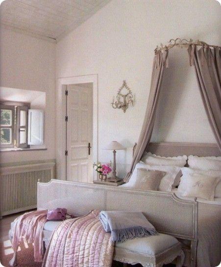 Camera da letto shabby chic - Camera da letto romantica arredata in stile shabby chic.