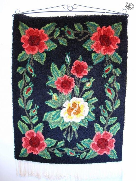 Käsin tehty vanha ruusuaiheinen ryijy rautatangolla. Mitat 150cm x 115cm.