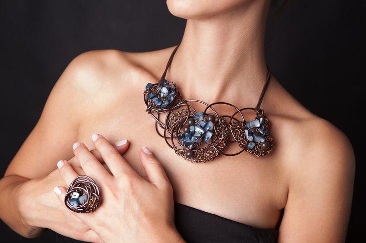 Grande combinazione di marrone con pietre blu e marrone perle perline, dando una sensazione di una sorta di un mistero dentro e fuori.    Il set comprende: collana, bracciale, anello    Tutti i nostri gioielli sono fatti a mano. Dopo lacquisto, inviateci il vostro formato dellanello.