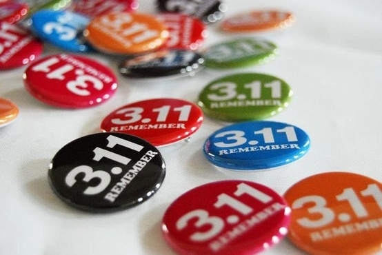 REMENBER 3.11 缶バッジ】    ●缶バッジに込めた思い    ・3.11を忘れない。  ・防災の意識を忘れない。  ・人と人との絆を忘れない。  ・助け合いの精神を忘れない。    ●缶バッジ売上金の使用用途    本プロジェクトが支援している復興グッズのチラシの印刷料金、及び、現地の商品の販促に必要と考えられる販促物制作料金に充てられます。売上金の使用用途につきましては、1円単位でwebサイトに公開いたします。 ( http://no-b.net/yoko/tohoku)