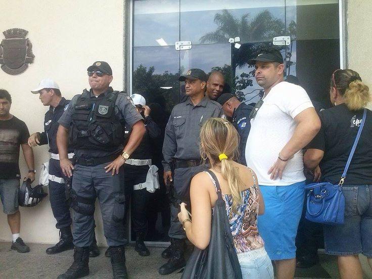 Prefeitura de Cabo Frio é trancada durante protesto de servidores - See more at: http://www.folhadoslagos.com/geral/cidade/prefeitura-de-cabo-frio-e-trancada-durante-protesto-de-servidores#sthash.p2Q1bgqJ.dpuf