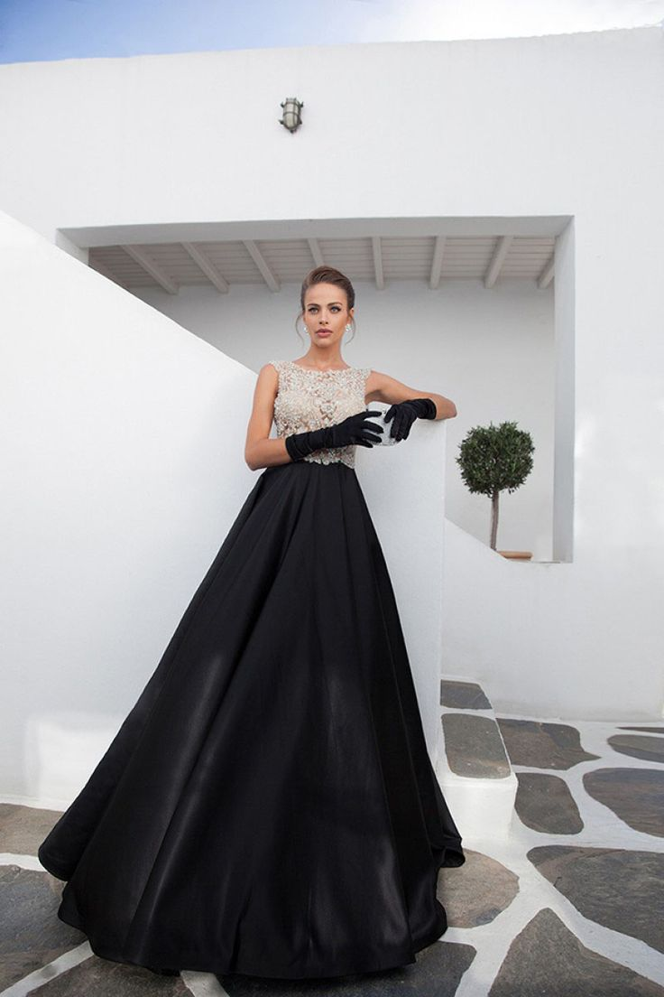 Rochie de seara neagra cu ornamente din cristale cusute manual. Black evening gown with crystal embellishments.