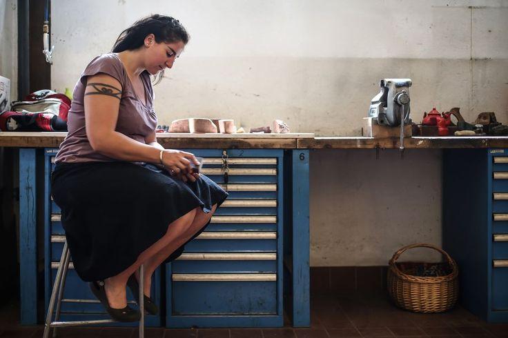 """""""Das Holz sagt mir, welche Pfeife in ihm wohnt"""" - Als einzige Frau in Österreich stellt Laila Mirzo Tabakpfeifen her - Ihr Arbeitsplatz ist die Linzer Tabakfabrik. Mehr dazu hier: http://www.nachrichten.at/oberoesterreich/linz/Das-Holz-sagt-mir-welche-Pfeife-in-ihm-wohnt;art66,1408106 (Bild: Weihbold)"""