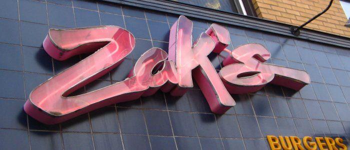 Zak's veut reprendre le concept du typique diner américain des années 50, avec un juke boxe qui crache des vieux tubes rock, des sofas verts synthétiques, des miroirs partout… et une carte au diapason. Entre ses salades, ses sandwichs gourmands et ses wraps, on trouve aussi des poutines (relativement rare hors du Québec, mais Gatineau n'est jamais que de l'autre côté de l'Ottawa River) et surtout ses fameux hamburgers.