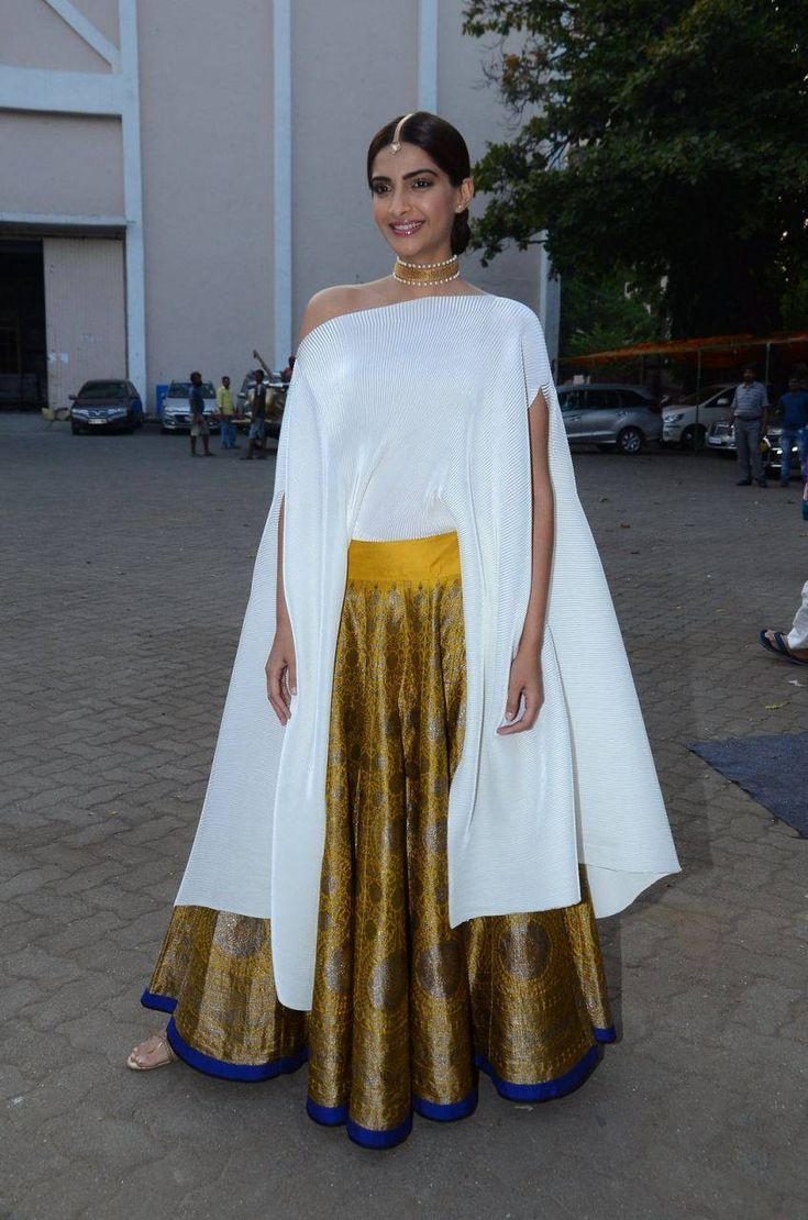 Sonam+Kapoor+Stills+In+White+Dress+%282%29.jpg (848×1280)