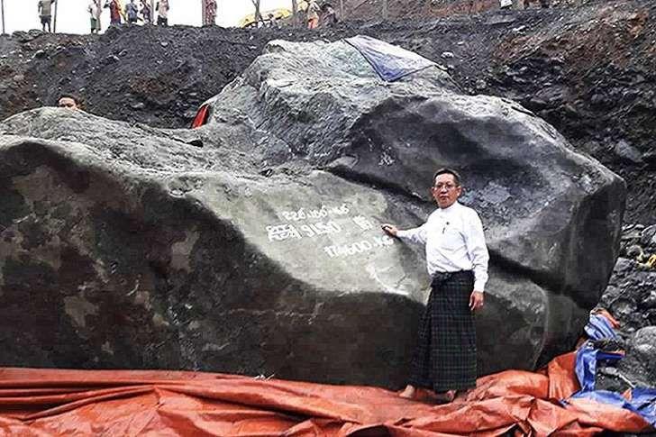 Os proprietários que encontraram a jade de 5,8 metros de comprimento na semana passada: Pedra de jade gigante encontrada em Mianmar