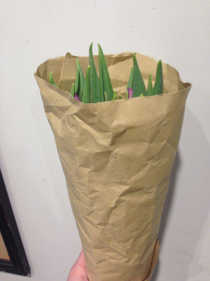 Innpakning av tulipaner.