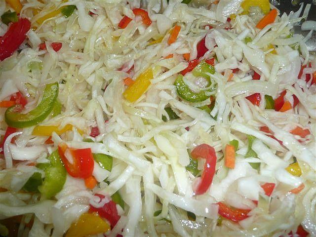 Vše nakrájet na nudličky. Přidat cukr, sůl, ocel a olej. Nechat do druhého dne odležet. Zelenina pustí šťávu a tak není potřeba žádný nálev....