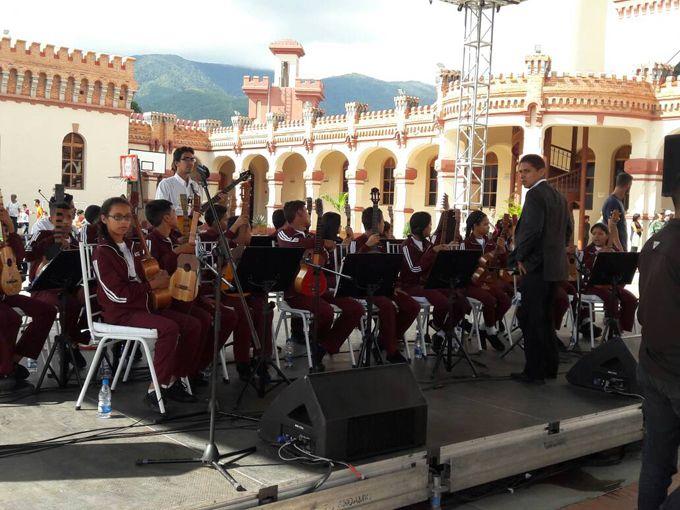 Carabobo Mi Cuatro y Yo rindió homenaje al comandante Hugo Chávez