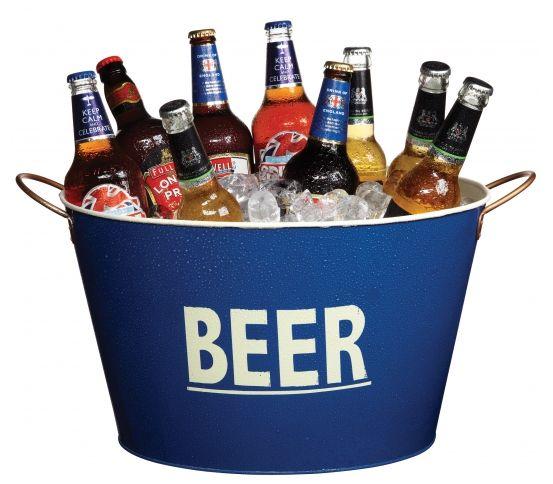 """Kitchen Craft Lock In - Wiaderko do lodu  BEER. Wiaderko do lodu Beer to świetne rozwiązanie na przyjęcia i grille. Przeznaczone przede wszystkim do przechowywania i chłodzenia piwa, co potwierdza duży napise """"BEER"""" na zewnętrznej ścianie wiaderka. Wykonane z lakierowanej blachy. Po bokach dwa wygodne uchwyty ze stali nierdzewnej. Idealny prezent dla mężczyzn."""