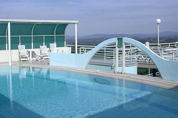 Hotel Chianciano Terme con piscina. La piscina e la Terrazza panoramica    La piscina è costruita a più di 20 metri di altezza e la sua terrazza domina tutta la cittadina di Chianciano, regalando un panorama mozzafiato.    Nelle giornate più limpide si riescono a vedere persino i 3 laghi: Trasimeno, Chiusi e Montepulciano e lo sguardo spazia fino agli Appennini.