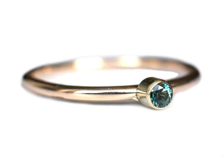 Handgemaakte en fairtrade fijne gouden ring met groene granaat