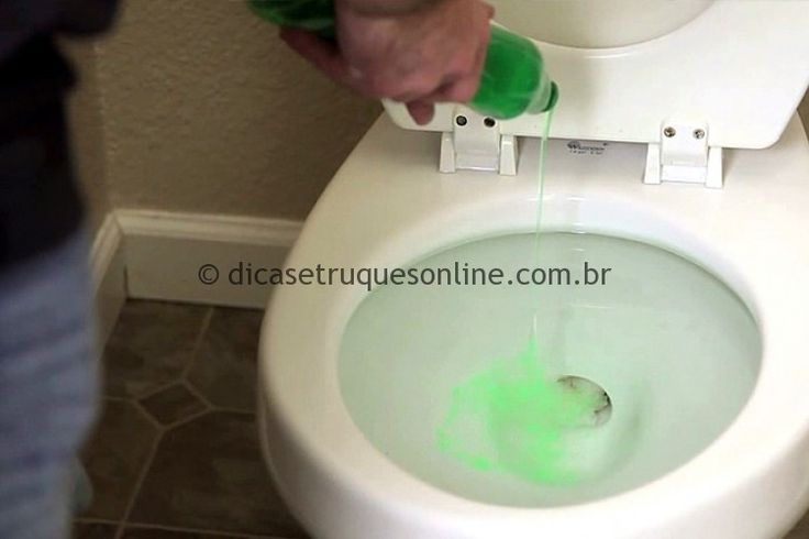 """Ele derrama detergente em um vaso sanitário, mas não é para limpar! Ele demonstra """"como desentupir um vaso sanitário utilizando detergente"""". O Truque é muito simples, basta despejar uma boa quantidade de Detergente no vaso e repousar entre 20 a 30 minutos. O Detergente é mais pesado do que a água e vai se deslocar até o lugar entupido e lubrificar tudo até desbloquear."""