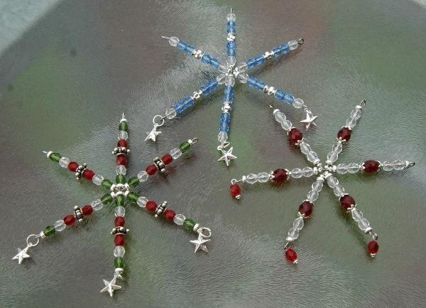 Kerst knutselen, draadster met glaskralen versieren.