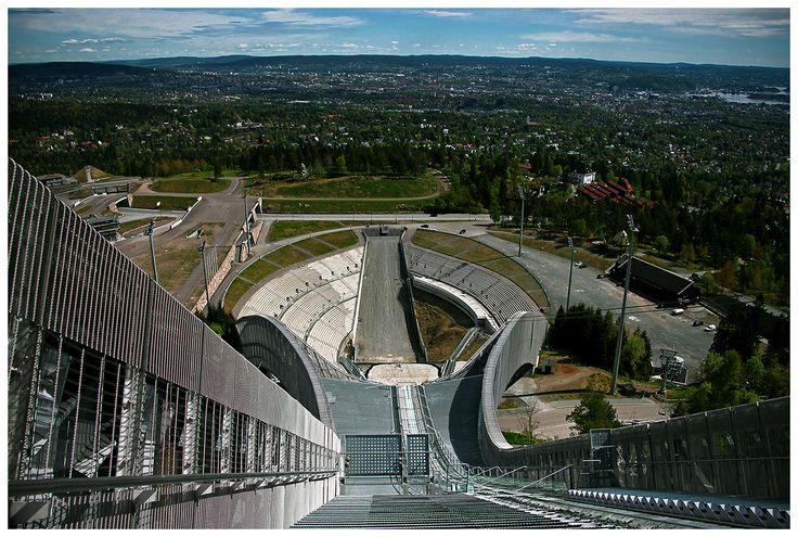 Skocznia narciarska Holmenkollbakken (bo tak brzmi jej właściwa nazwa, choć powszechnie nazywana jest Holmenkollen, od regionu, w którym się znajduje) jest najbardziej nowoczesnym sportowym obiektem na świecie.