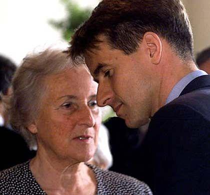 Fehlgriff: Delton-Besitzer Stefan Quandt (mit Mutter Johanna) hat sich in der Logistik Millionenverluste eingehandelt http://www.manager-magazin.de/magazin/artikel/a-407367-5.html