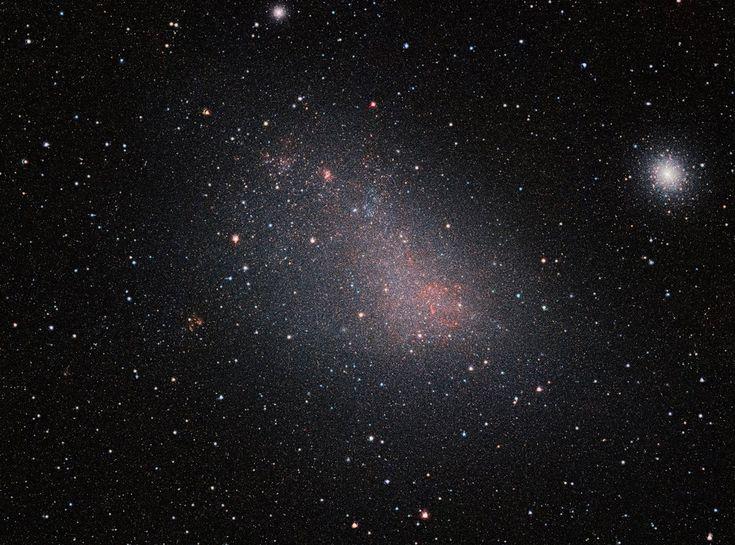 VISTA ATRAVIESA EL VELO POLVORIENTO DE LA PEQUEÑA NUBE DE MAGALLANES Las capacidades infrarrojas de VISTA han permitido ver con más claridad que nunca la miríada de estrellas que hay en esta galaxia vecina.