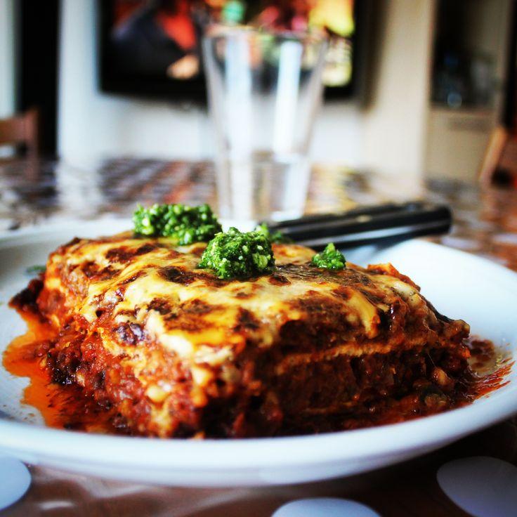 Ægte LCHF lasagne (1 bradepande / ca. 10 mennesker) Det skal du bruge:  50-100 g smør 3-4 løg (rød og/eller almindelige gule) 500 g hakket okse 6 fed hvidløg 100 g champignon 2 auberginer 1 lille broccoli 1 rød peberfrugt 2 dl mild ajvar* 2 flasker passata Oregano P