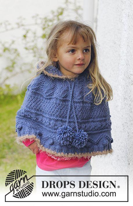 Poncho DROPS tejido con patrón para realzar textura, capucha y pompones en Nepal. Orillas en ganchillo en Symphony o Melody. Talla: 3 – 12 años.