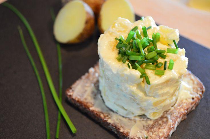 Suomalaisten suosikki juures, peruna sopii täydellisesti myös leivän päälle, salaatin muodossa. Leivästä saa juhlavamman näköisen pienillä konsteilla ja myös perheen pienimmät pitävät tästä.