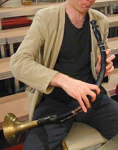 OBOE DE CAZA.  Instrumento de viento-madera de doble lengüeta de la familia del oboe, afinado una quinta por debajo de éste y utilizado principalmente en la música barroca.