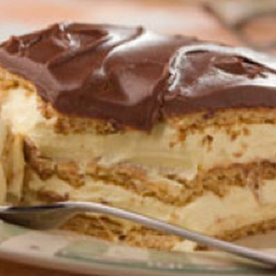 Easy Chocolate Éclair http://www.keyingredient.com/recipes/150925612/easy-chocolate-eclair/