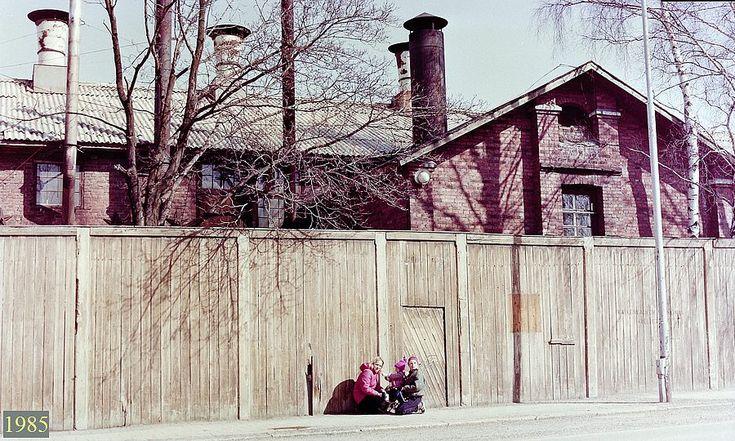 """Ent. """"Pommilan"""" vanha tehdasrakennus Tervahovinkadulta nähtynä.  1985."""