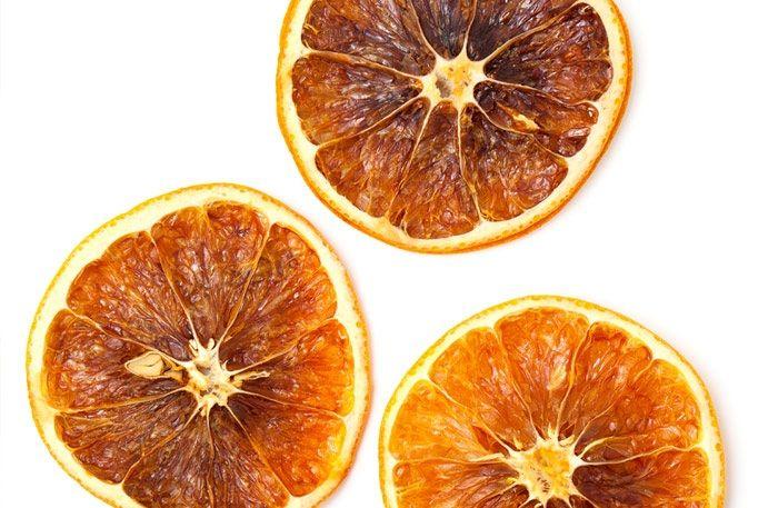 Att torka apelsin är enkelt om du följer dessa instruktioner. Använd din torkade apelsin till olika juldekorationer.
