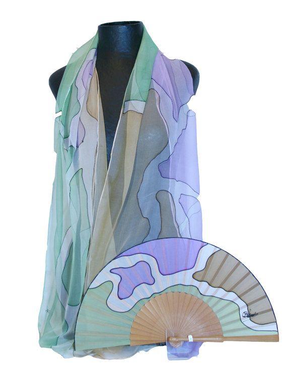 Chal y abanico de seda natural pintado a mano. Un por ConchaBlanch, €95.00 http://www.etsy.com/shop/ConchaBlanch