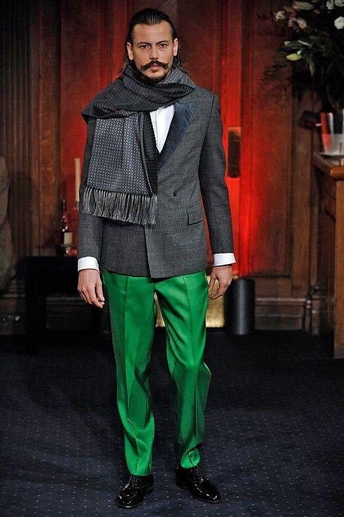 Мужчина в зеленых брюках