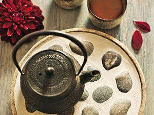 Deko aus der Natur: Feriengrüße zum Tee Vom Strand auf den Tisch: Für den Untersetzer Steine auf einem alten Bienenteller vom Imker mit Heißleim aus dem Baumarkt ankleben, Zwischenräume mit Fugenschlemm aus dem Baumarkt füllen, zwei Stunden trocknen lassen, vorsichtig abwischen.  Teekanne: Die Wohngeschwister.   Schwierigkeitsgrad: 3 = schwierig, 45 Minuten Zeitaufwand