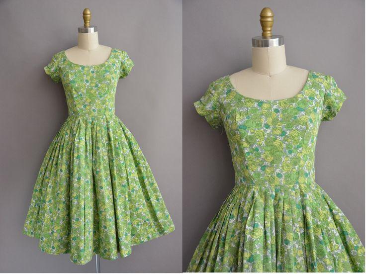 Schattig vintage jaren 1950 groene katoenen jurk met een mooie roze print hele, ronde hals met een vleiende uitgerust bodice, buste Darten met een nipped taille en gratis volledige rok, terug metalen rits sluiting, bekleed binnen.  ✂---M E EEN S U R E M E N T S--- best past: kleine  Bust: 36 Taille: 26 heupen: open fit wapens: 4 totale lengte: 41  Label/etiket: Marc van Californië materiaal: katoen conditie: goed, er is een kleine scheur op de rug door de rits, gemakkelijk kunnen worden…