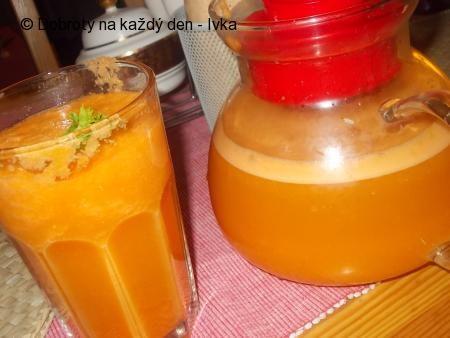 Koktejl z mrkví, řapíkatého celeru, zázvoru a citronu