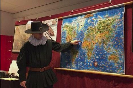 OBS De Kameleon Mill | De verhalenverteller nam ons mee naar de gouden eeuw. Hij vertelde over de VOC en de kinderen hingen aan zijn lippen!!!'