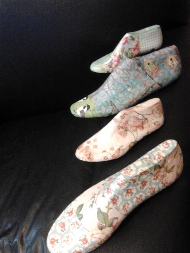 Hormas de zapatos en madera recicladas con decoupage