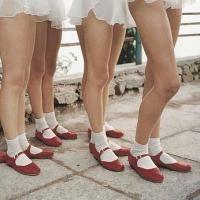 垢抜けた赤パンプスと白靴下のレディースコーデ