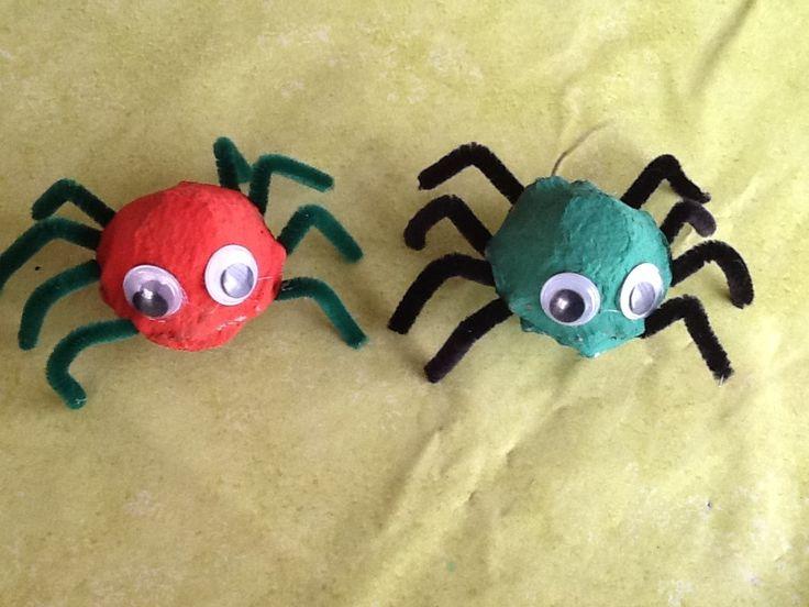 Aujourd'hui nous avons commencé les activités d'halloween, cela a beaucoup plu aux ptits bouts !!! j'ai trouvé sur pinterest une idée d'activité toute simple avec des boites a oeufs, vous savez que j'aime bien utiliser du materiel de récup !! Et hop...a...