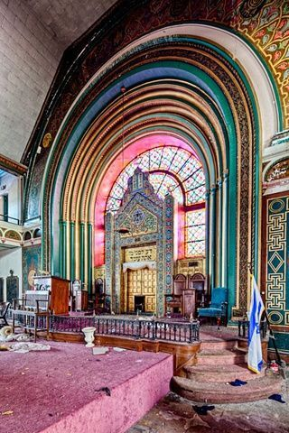 So sad. Abandoned in 2008 - Agudas Achim Synagogue - Founded in the 1920's when Uptown was a ritzy northern suburb of Chicago. By the 1930s and '40s the trend was to move farther north to more distant suburbs - and by the 1960s the neighborhood of Uptown was crumbling.
