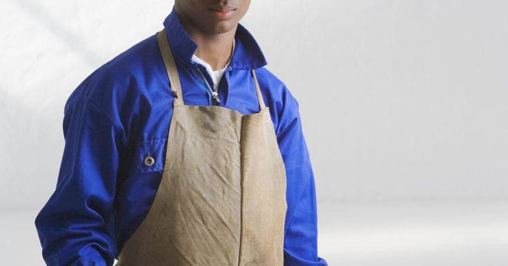 Tipos de delantales. Los delantales protegen la ropa y el cuerpo de las manchas, salpicaduras y daños causados por el trabajo que hacemos. En los negocios, restaurantes y supermercados, los delantales son parte del equipo necesario de cocineros, panaderos, ayudantes de mesero, lavaplatos y trinchadores de carne. Si bien estamos familiarizados con estos delantales ...