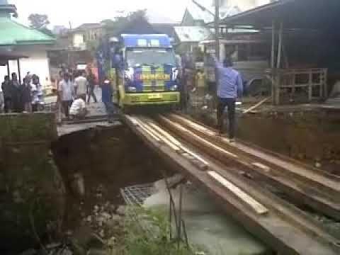 Sopir Gila Truck Lewati Jembatan Kayu Tanpa Pembatas