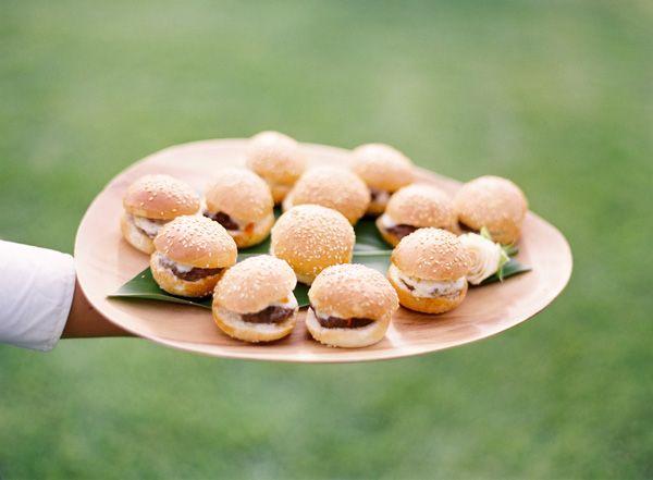 Mini hamburgers servis lors d'un apéritif de mariage