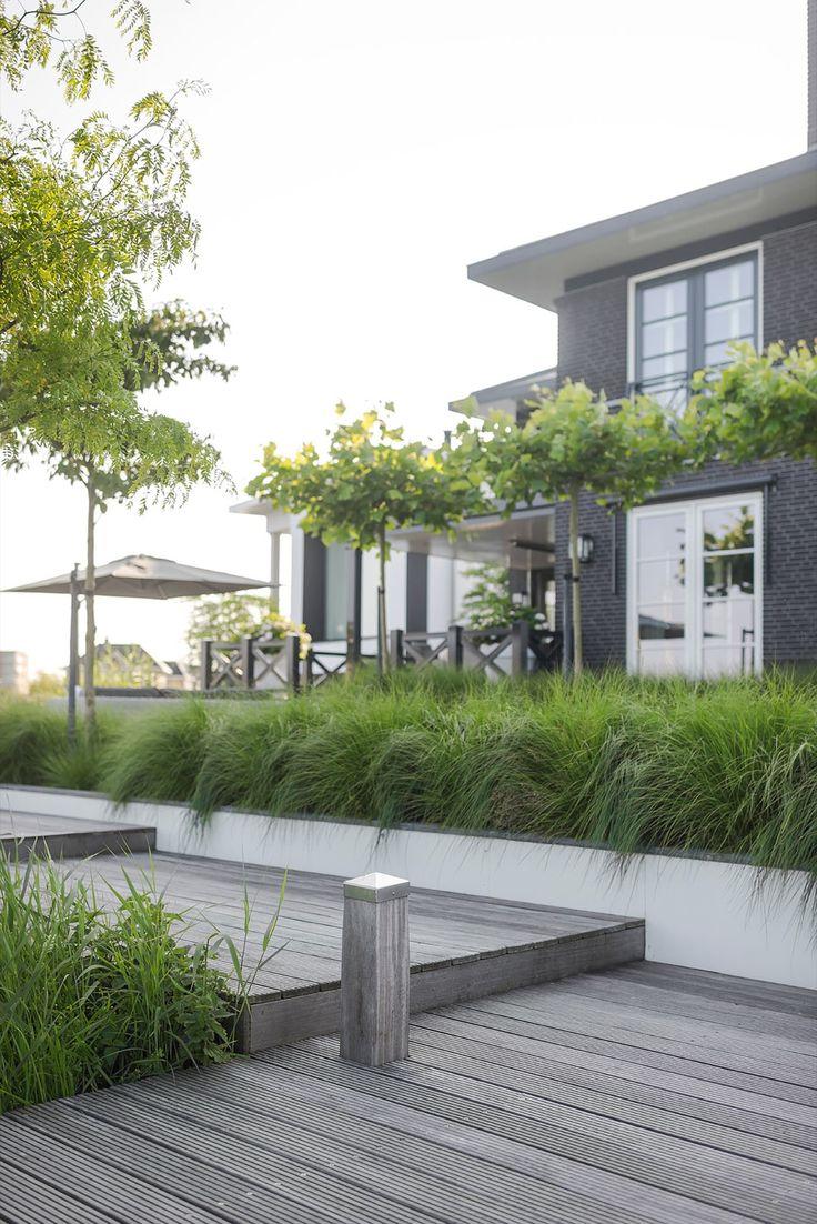 Deze twee-onder-1-kap-woning oogt als een vrijstaande villa en heeft een bijzonder ruime tuin rondom de woning. De bewoners zijn dertigers met 3 opgroeiende kinderen. De tuin ligt in Uddel, een plaatsje op de Veluwe.Een modern klassieke tuin, met daarin ruimte voor een gecombineerde schuur, carport en veranda. Een mooie oplossing voor het hoogteverschil. De tuin moet sfeervol, praktisch, kindvriendelijk zijn, ...